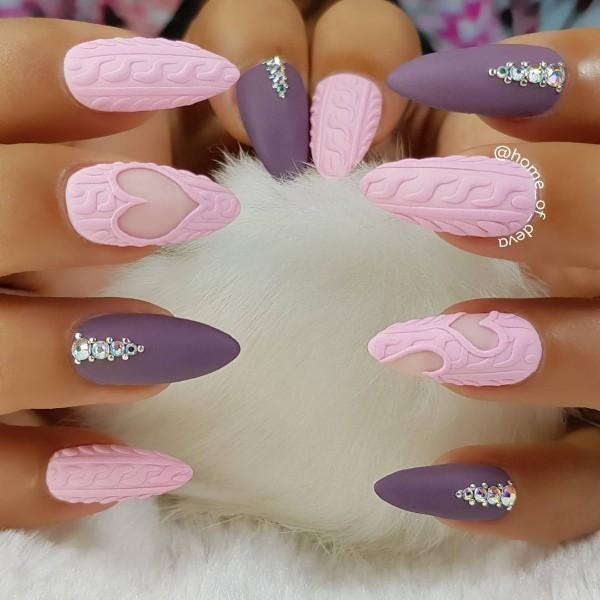 фиолетово-розовый маникюр свитер вязаный