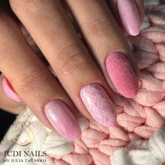 розовый маникюр зимний с бархатным ногтем
