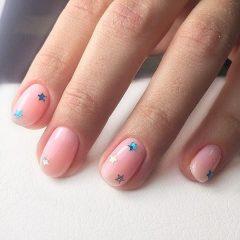розово нюдовый маникюр с блестками звездочками