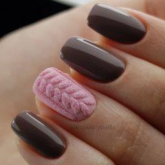 кофейно коричневый маникюр с розовым вязаным свитером на одном ноготке