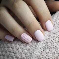 розовый нюд маникюр свитер