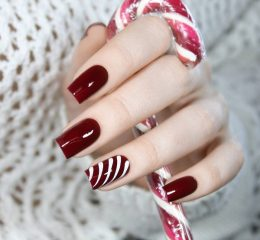 простой бордовый маникюр с белыми полосками на Рождество