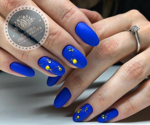 зимний праздничный маникюр синий с лампочками