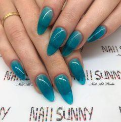 овальные прозрачные синие ногти для зимних праздников