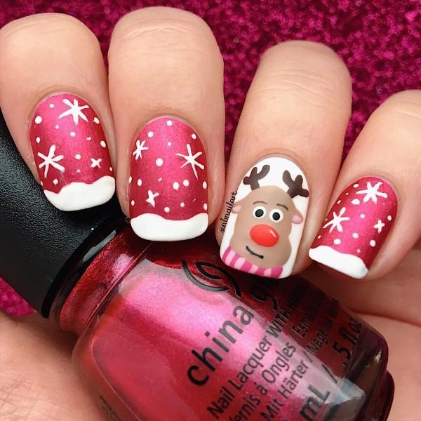 красно-белый маникюр с рождественским оленем