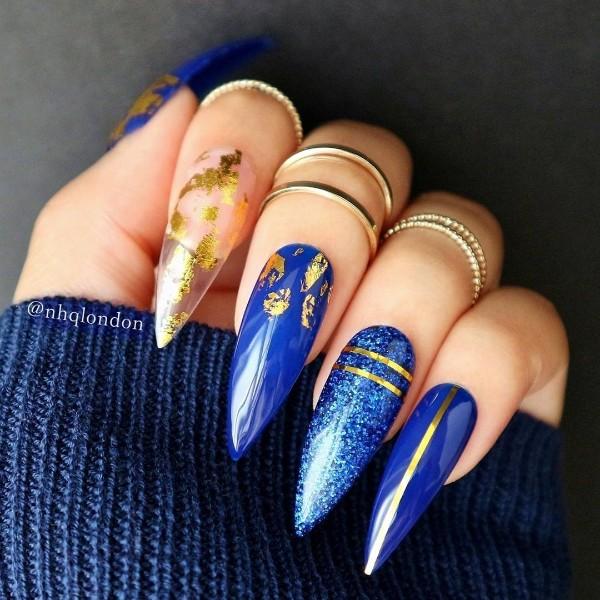 синие ногти стилеты с золотом на Рождество