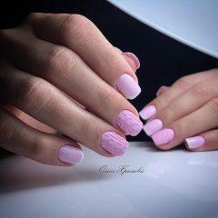 бледно розовый простой вязаный маникюр акриловой пудрой