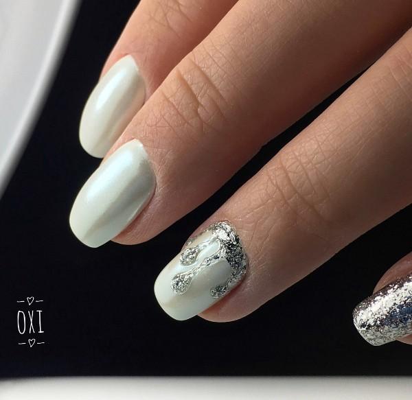 белый маникюр с серебряными блестками на Рождество
