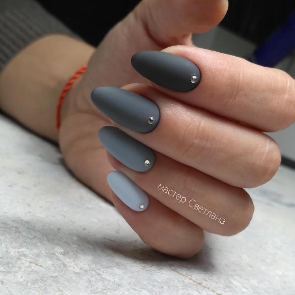 серый маникюр матовый с камнями