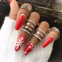 красный зимний маникюр с белыми снежинками