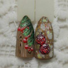 дизайн ногтей для Нового года и Рождества с ветками елки и елочными шарами