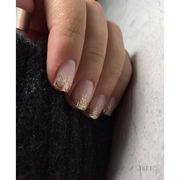простой нюдовый маникюр на зимние праздники с блестящими кончиками ногтей