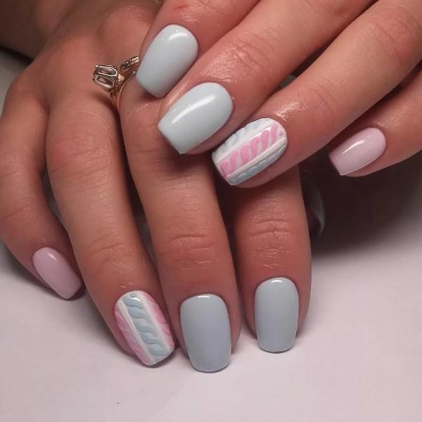нежный трехцветный свитер на ногтях розово-голубой