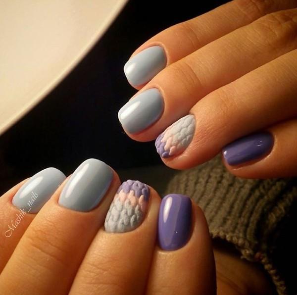фиолетово розово голубой трехцветный свитер на ногтях