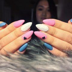 бело-розово-голубые ногти со свитером и сердечками Валентина