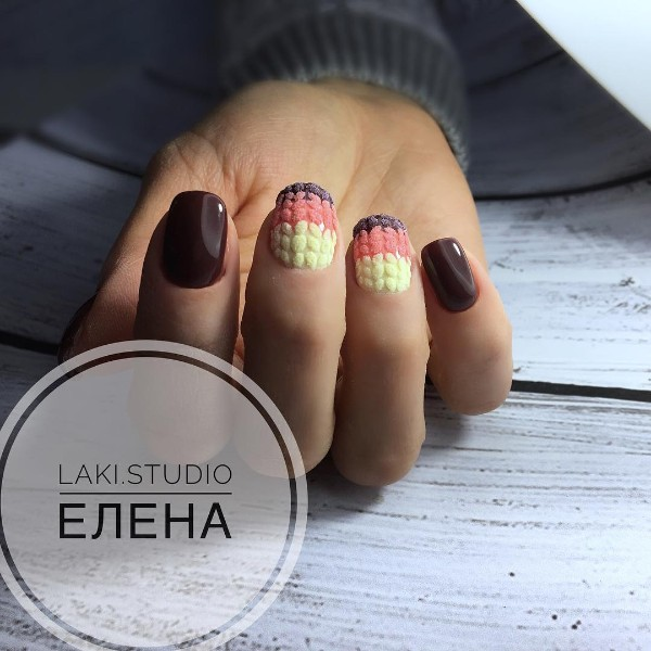 трехцветные вязаные ногти коричнево розово желтые