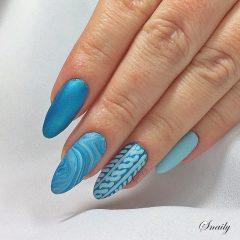 голубой мраморный маникюр свитер