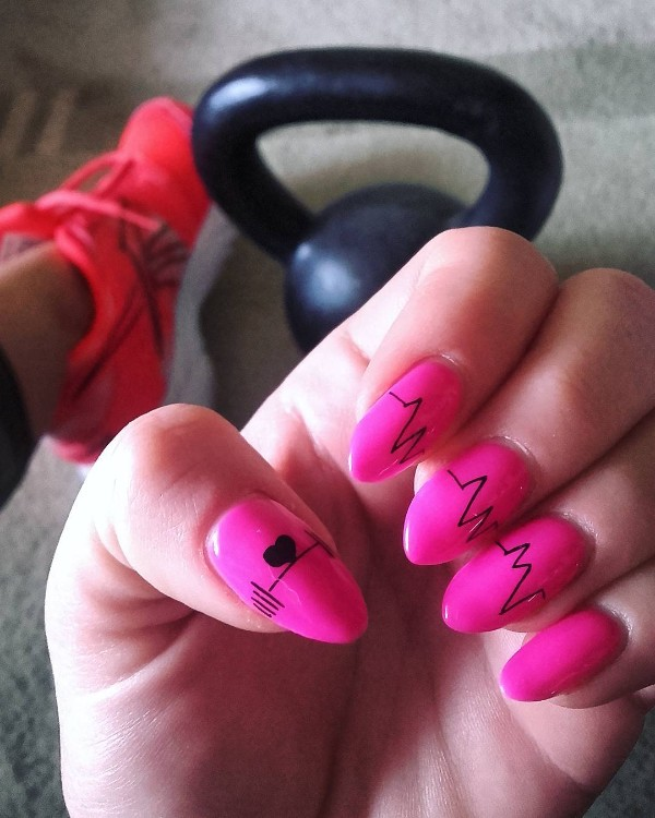 ярко-розовый-маникюр-в-спортзал