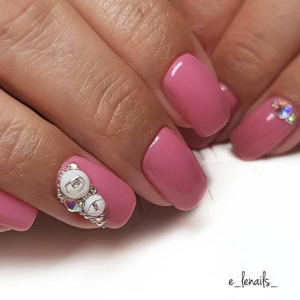 пыльно-розовый-маникюр-с-белыми-candy-ball