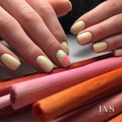 бананово-жетый-маникюр-с-розовыми-ананасами
