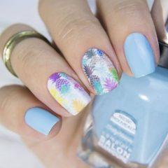 бело-голубой-маникюр-с-разноцветными-пастельными-ананасами