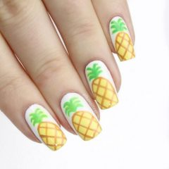 белые-ногти-с-ананасом
