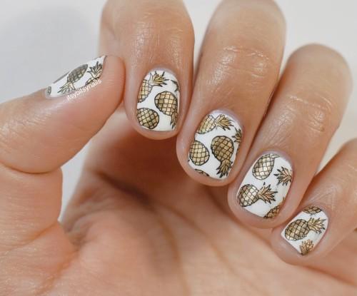 белые-ногти-с-золотистыми-ананасами