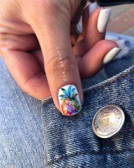 белый-маникюр-с-рисунком-ананаса-на-большом-пальце