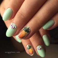 бледно-зеленый-маникюр-со-стразами-и-рисунком-ананаса