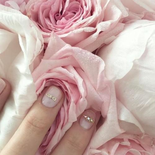 нюдовые-ногти-с-золотистым-украшением-гуччи