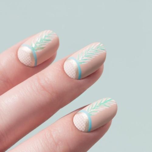 пудрово-розовые-ногти-с-нежными-рисунками-верхушек-ананаса