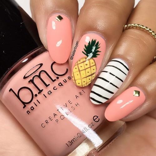 розово-нюдовый-маникюр-с-ананасом-и-полосатым-белым-ногтем