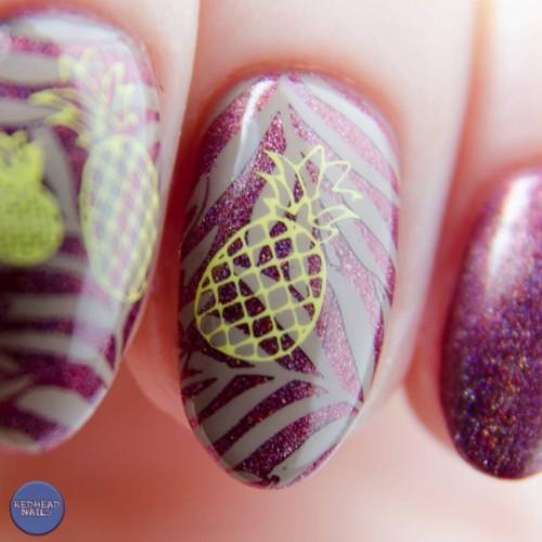 фиолетовый-маникюр-блестящий-с-трафаретом-ананаса