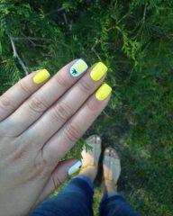 фото-неоново-желтого-маникюра-с-ананасами