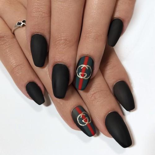 черный-маникюр-с-логотипом-гуччи