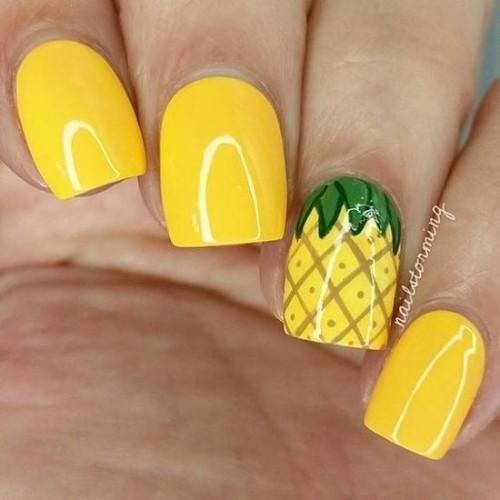 ярко-желтый-маникюр-на-короткие-ногти-с-ананасом