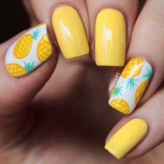 ярко-желтый-маникюр-с-белыми-акцентными-ногтями-с-рисунком-ананаса