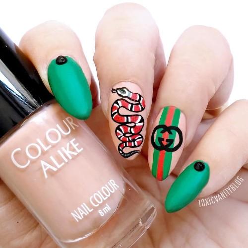ярко-зеленый-с-красным-маникюр-gucci