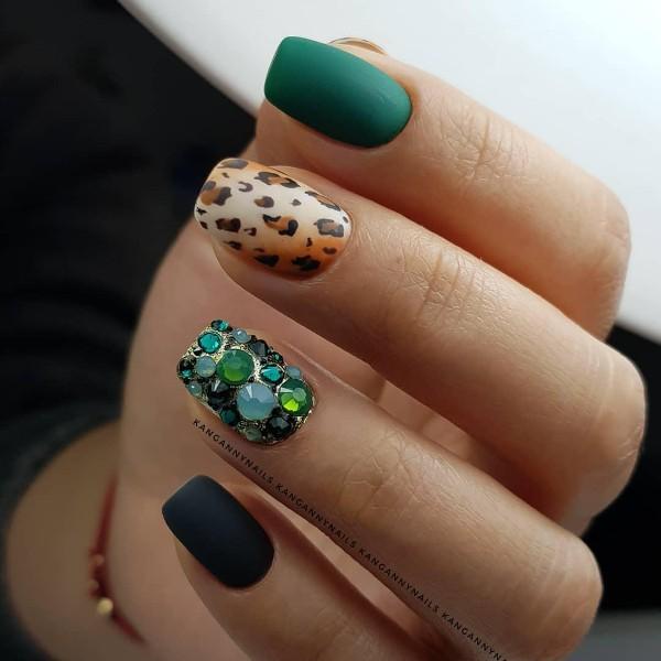 леопардовый-маникюр-со-стразами