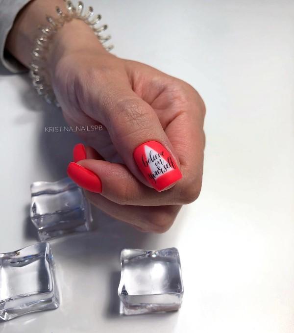 ногти с надписью верь в себя