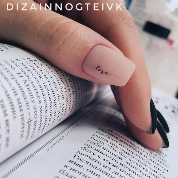 маникюр со словом любовь