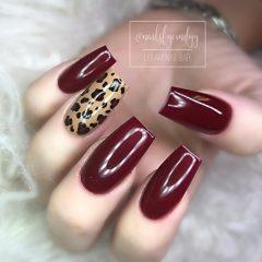 темно-красный-маникюр-с-леопардовым-рисунком