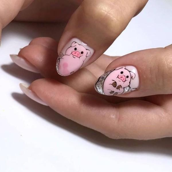 веселый маникюр со свиньей