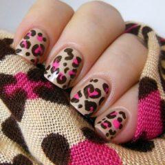 леопардовый-маникюр-с-розовыми-пятнами