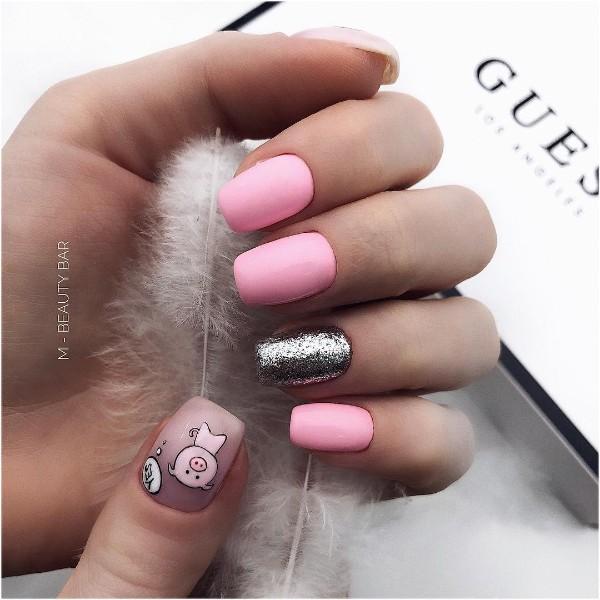 серебряно розовый маникюр с поросенком