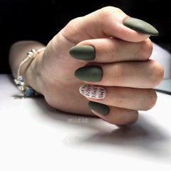 зелено-оливковый-маникюр-с-надписью-amor