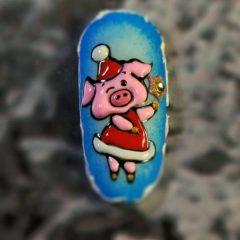 маникюр с новогодней свинкой в платье
