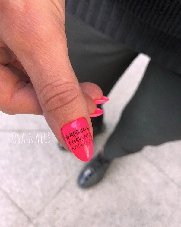 ногти с   надписью amor
