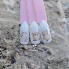 белый маникюр со свинками на Новый год