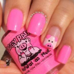 ярко-розовый новогодний маникюр со свинкой